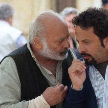 Ci vediamo domani: Enrico Brignano parla sottovoce con Burt Young in una scena