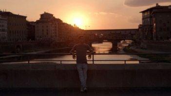 Sta per piovere: Lorenzo Baglioni al tramonto in una scena del film