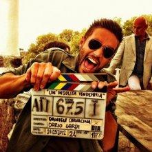 Un'insolita vendemmia: Alex Belli in un'allegra foto dal set