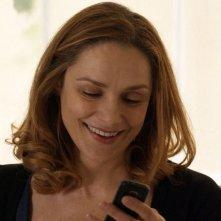 Viaggio sola: Fabrizia Sacchi sorride in una scena del film