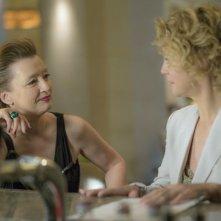 Viaggio sola: Lesley Manville insieme a Margherita Buy in una scena del film