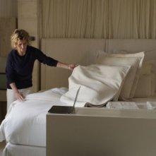Viaggio sola: Margherita Buy alle prese con la sistemazione delle lenzuola in una scena del film