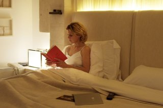 Viaggio sola: Margherita Buy legge un libro prima di dormire in una scena del film