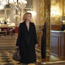 Viaggio sola: Margherita Buy nella hall di un albergo in una scena del film