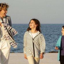 Viaggio sola: Margherita Buy passeggia in spiaggia in una scena del film