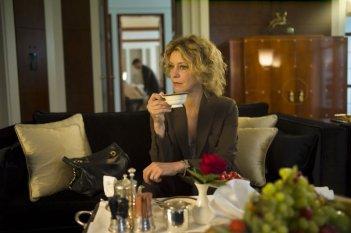 Viaggio sola: Margherita Buy sorseggia un the in una scena del film