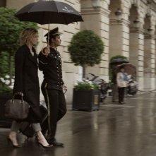 Viaggio sola: Margherita Buy sotto la pioggia in una scena del film