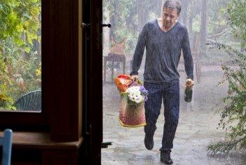 Fiori, champagne e pioggia per Jonathan Zaccaï nel film Sous le figuier
