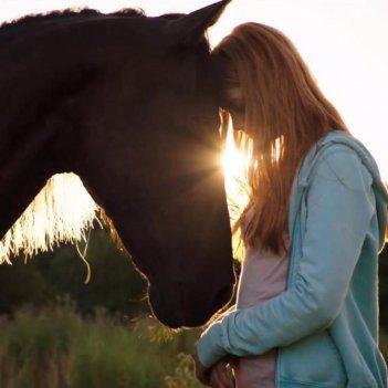 Hanna Höppner insieme ad Ostwind, lo stallone con il quale fa amicizia nel film.
