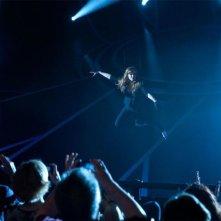 Isla Fisher appesa ad un filo in una spettacolare scena di Now You See Me