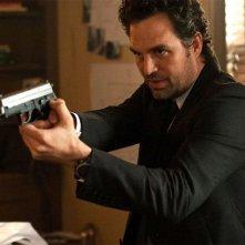Now You See Me: Mark Ruffalo impugna la sua pistola in una scena del film
