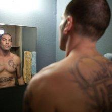 I tatuaggi di Jon Bernthal allo specchio in una scena del film Snitch - L'infiltrato
