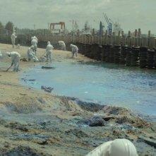 Pacific Rim: operai impegnati nella ricostruzione della città dopo l'attacco dei Kaiju