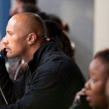 Snitch - L'infiltrato: Dwayne 'The Rock' Johnson in una scena del film in visita carceraria
