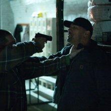 Snitch - L'infiltrato: Dwayne 'The Rock' Johnson minacciato da un malvivente in una scena