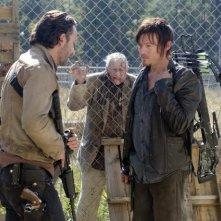 The Walking Dead: Andrew Lincoln e Norman Reedus in una scena dell'episodio L'inganno