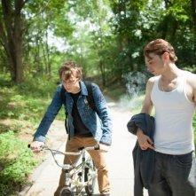 Emory Cohen e Dane DeHaan si confrontano in una scena del thriller Come un tuono