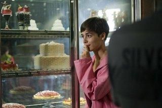 Nina: Diane Fleri davanti ad una pasticceria in una scena del film