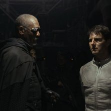 Oblivion: Morgan Freeman e Tom Cruise in una scena del film