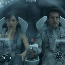 Oblivion: Olga Kurylenko e Tom Cruise in un'immagine in volo del film