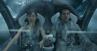 Oblivion: Olga Kurylenko e Tom Cruise in un'immagine in volo del film