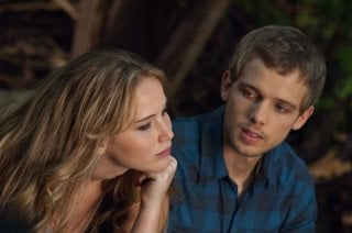 Jennifer Lawrence insieme a Max Thieriot in una scena di Hates - House at the End of the Street