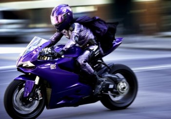 Kick-Ass 2: Chloë Grace Moretz in moto in una scena