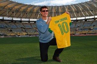 Oblivion: Tom Cruise con la maglia del Brasile allo stadio Maracanà durante la premiere del film