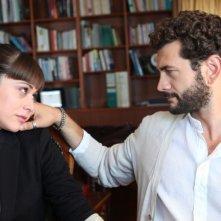 Passione sinistra: Vinicio Marchioni accarezza dolcemente Valentina Lodovini in una scena