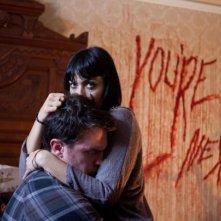You're next: due delle vittime si abbracciano mentre cercano di sfuggire ai killer