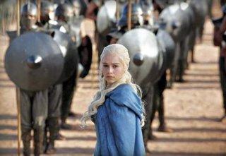 Il trono di spade: Emilia Clarke in una scena dell'episodio Valar Dohaeris