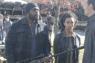 The Walking Dead: David Morrissey con Travis Love, Chad Coleman e  Sonequa Martin in una scena dell'episodio Nelle tombe