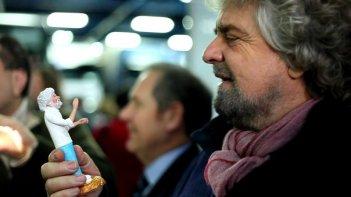 Tsunami Tour: Beppe Grillo guarda ammirato una statuetta che lo raffigura in una scena del documentario