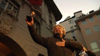 Tsunami Tour: Beppe Grillo in una scena del documentario durante la campagna elettorale