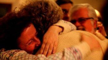 Tsunami Tour: l'abbraccio della gente a Beppe Grillo in una scena del film