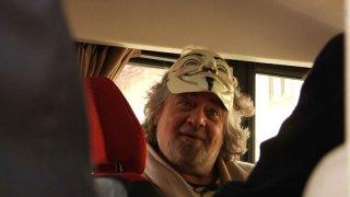Tsunami Tour: una buffa immagine di Beppe Grillo tratta dal documentario sul tour elettorale del Movimento 5 stelle