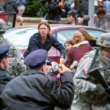 World War Z: Brad Pitt in fuga insieme ai piccoli Mireille Enos e Sterling Jerins in una scena del film