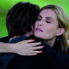 Emmanuelle Seigner abbraccia teneramente Ernst Umhauer in una scena di Nella casa