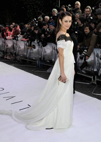 Oblivion: Olga Kurylenko fasciata da uno splendido abito bianco sul red carpet londinese