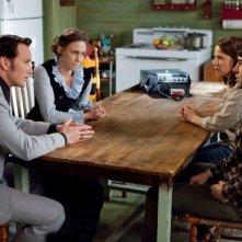 Patrick Wilson, Vera Farmiga, Lili Taylor e Ron Livingston in una scena di L'Evocazione - The Conjuring