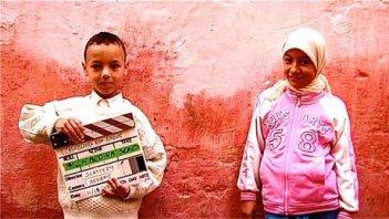 Due bambini e un ciak in una scena di Casablanca Mon Amour