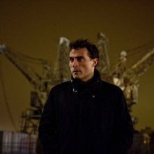All Things to All Men: Rufus Sewell in una scena del film