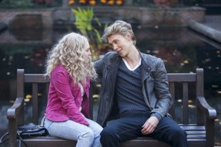 The Carrie Diaries: AnnaSophia Robb ed Austin Butler in una scena dell'episodio Read Before Use