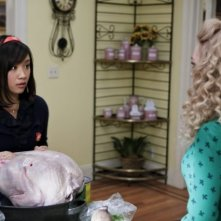 The Carrie Diaries: AnnaSophia Robb ed Ellen Wong in una scena dell'episodio Endgame