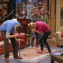 The Big Bang Theory: Jim Parsons, Kaley Cuoco, Johnny Galecki e Mayim Bialik nell'episodio The Re-Entry Minimization