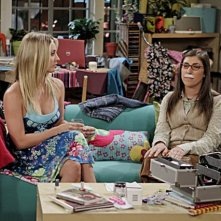 The Big Bang Theory: Kaley Cuoco e Mayim Bialik nell'episodio The Date Night Variable