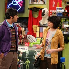The Big Bang Theory: Kunal Nayyar e Kate Micucci nell'episodio The Tangible Affection Proof