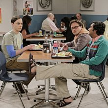 The Big Bang Theory: Kunal Nayyar, Jim Parsons e Johnny Galecki nell'episodio The Date Night Variable