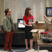 The Big Bang Theory: Kunal Nayyar, Johnny Galecki, Jim Parsons e Margo Harshman nell'episodio The Higgs Boson Observation