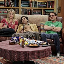 The Big Bang Theory: Kunal Nayyar, Kaley Cuoco e Johnny Galecki nell'episodio The Date Night Variable